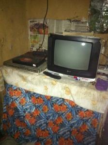 Televisie met links een dvd-speler